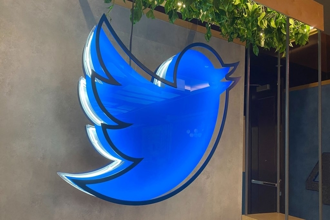 Twitter's Testing A New Option To Add A Background Visual When Sharing Tweets In Fleets